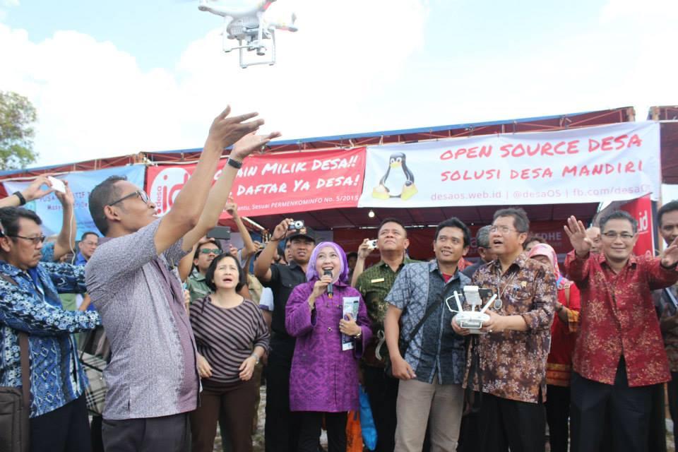 Menkominfo Rudiantara Terbangkan Drone Desa pada Destika 2015