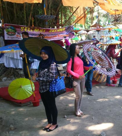 Stand Kalibagor Jadi Ajang Selfie di Festival Payung Indonesia 2015 Solo