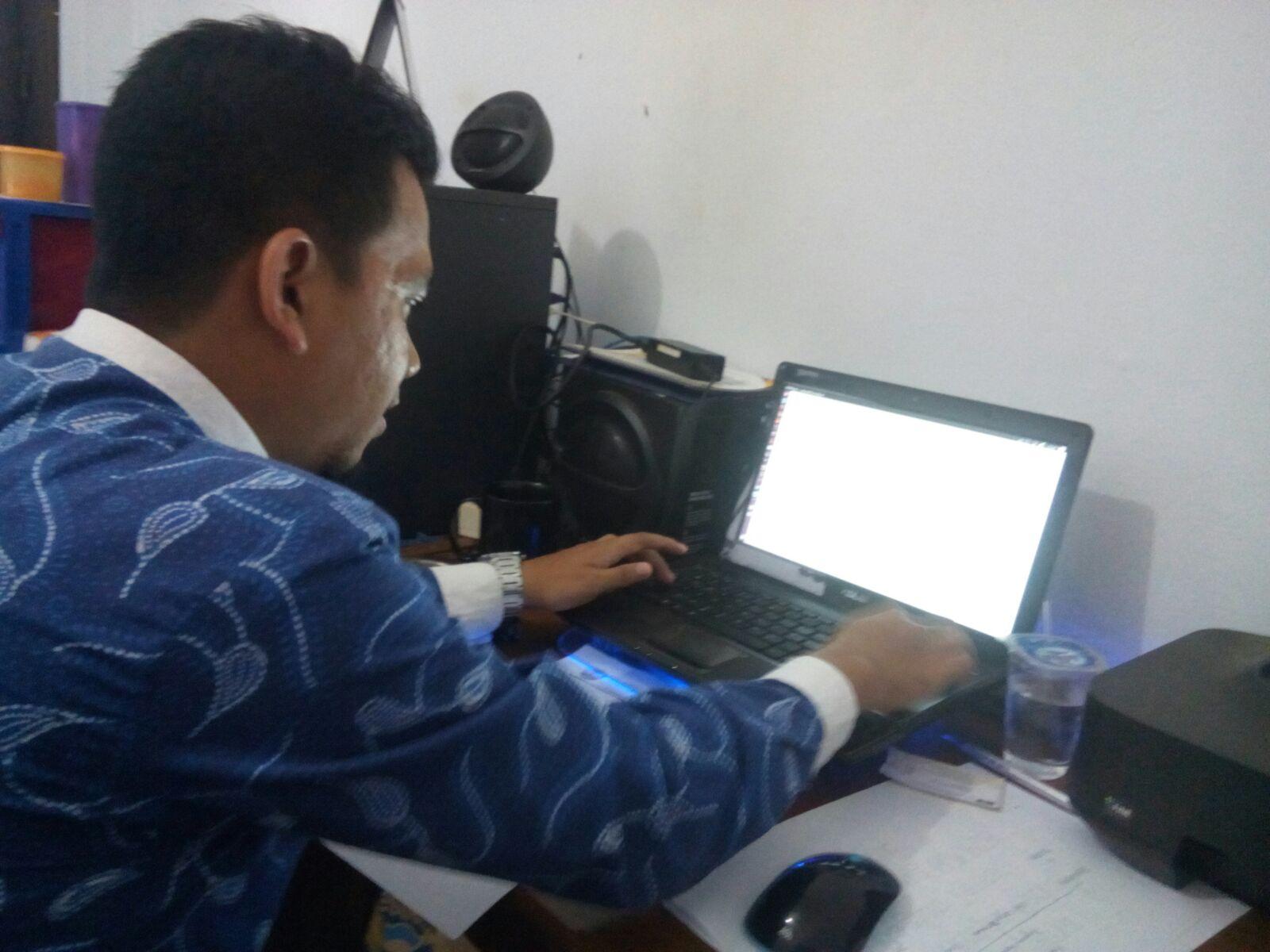 Semangat Kades Kalisari Mengurus Persyaratan Pendaftaran Domain Desa.id